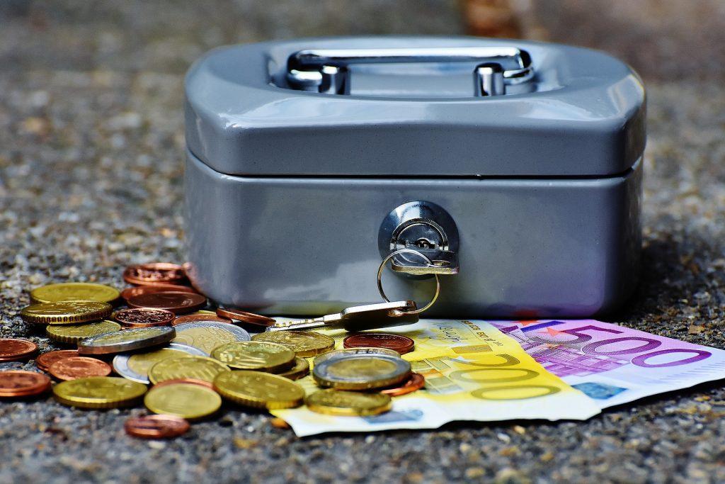 Kistje met euro's (valuta)